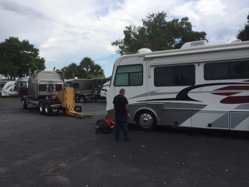 3 tow truck drivers try and figure out how to to an RV